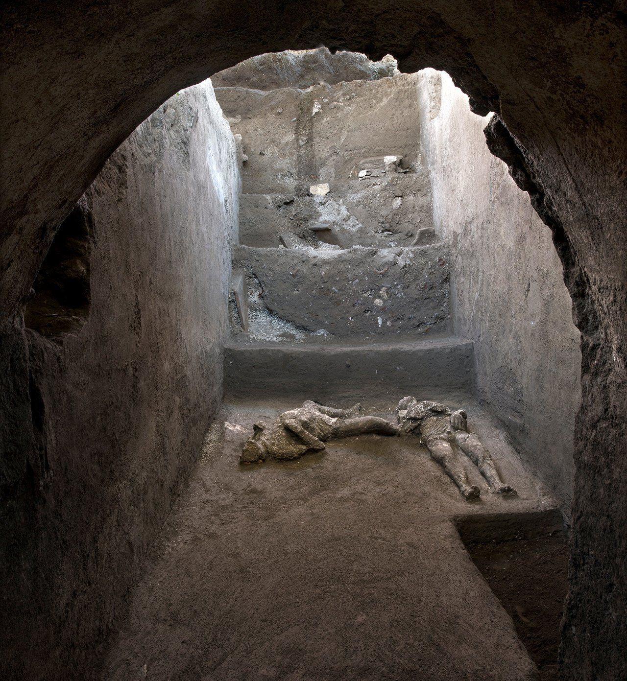 Pompeii'de yüzlerce yıl sonra büyük keşif: Külle kaplı iki cansız beden bulundu - Sayfa 2
