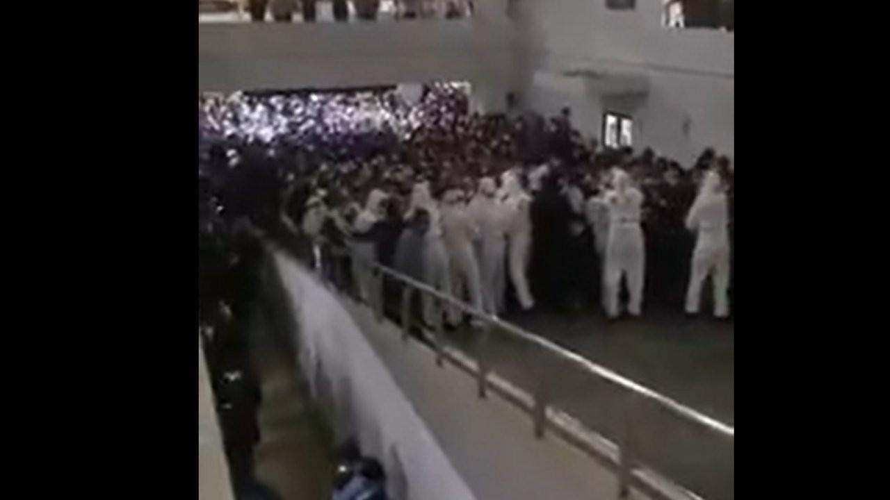 Çin'de test kaosu: Havalimanındaki görüntüler viral oldu