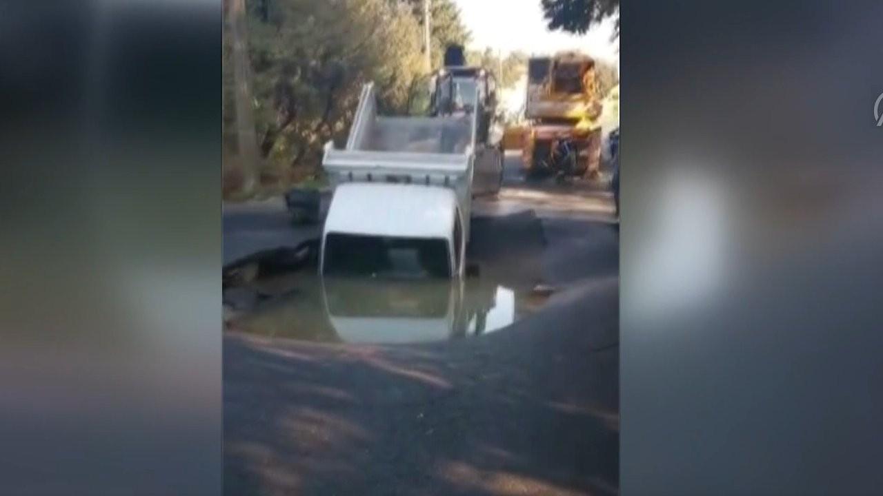 Su hattı patladı, göçüğe kamyonet düştü