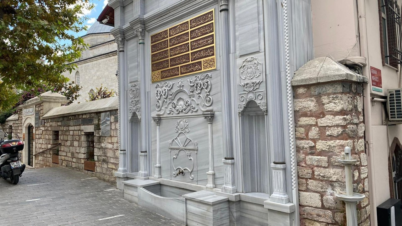 Tarihi çeşmenin kitabesine AK Partili vekilin babasının ismi yazıldı