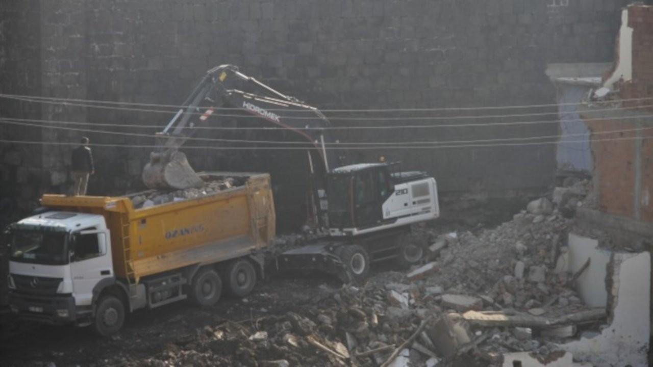 Ağır iş makineleri Diyarbakır Surları'na zarar veriyor