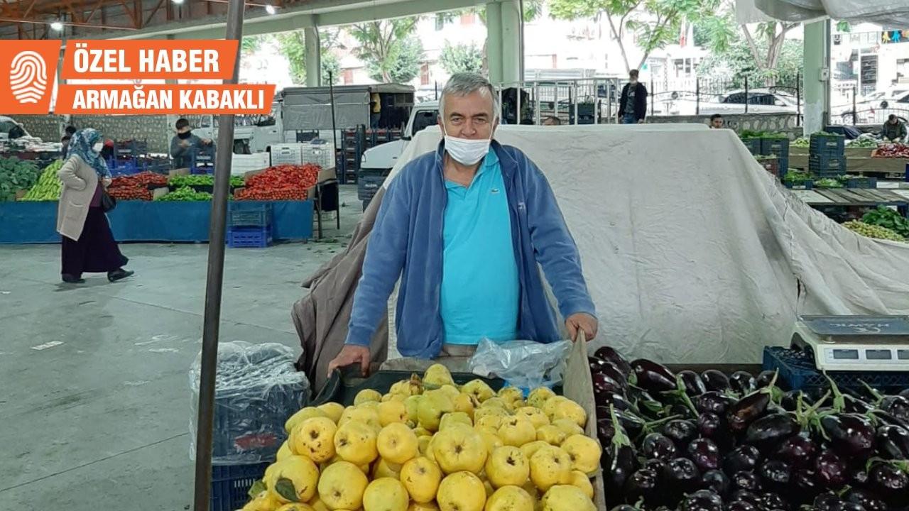 KHK ile görevinden ihraç edilen öğretmen pazarda ayva satıyor
