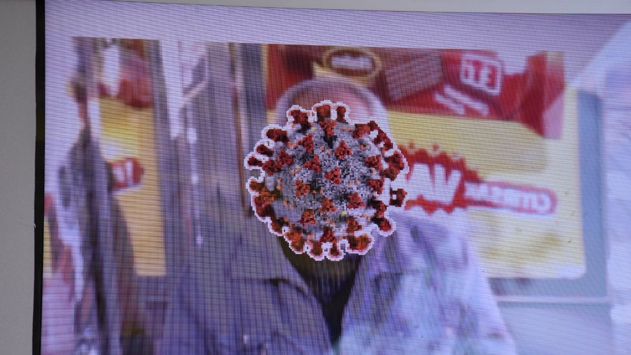 Maske takmayanların yüzünü 'korona virüsüne dönüştüren' ekran