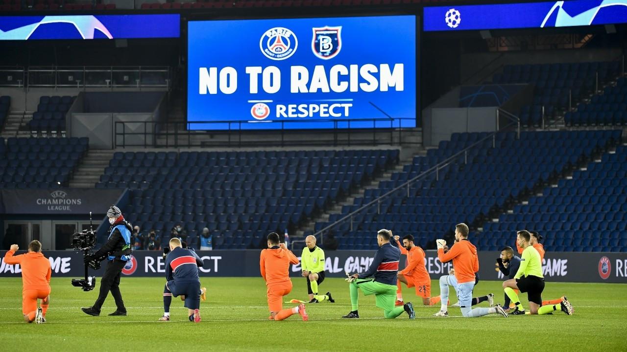 Başakşehir maçı: Hakemler ve futbolcular ırkçılığa karşı diz çöktü