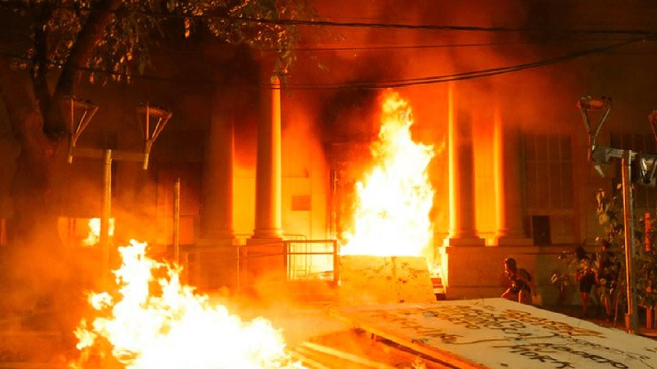 Arjantin'de kadın cinayetine öfke: Kadınlar adalet sarayını ateşe verdi