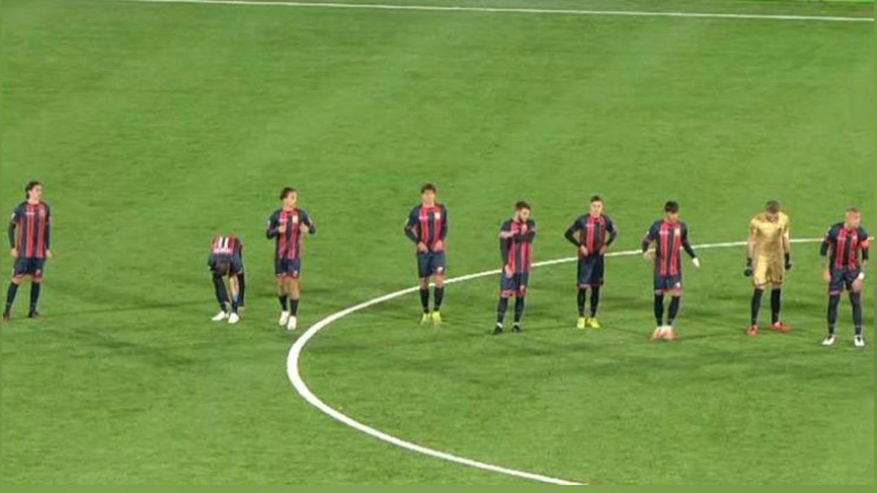 Bir takımda 15 oyuncu korona oldu, maça 9 futbolcuyla çıktılar