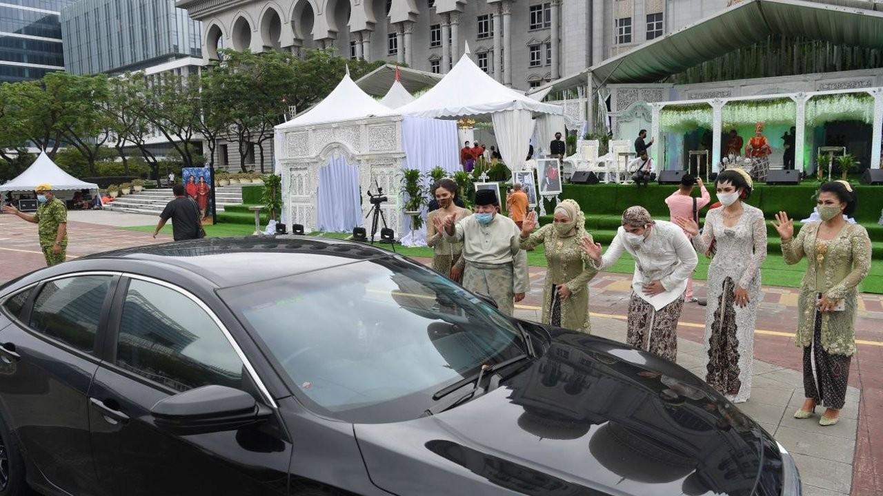 Malezya'da korona düğünü: 10 bin kişi arabayla geldi