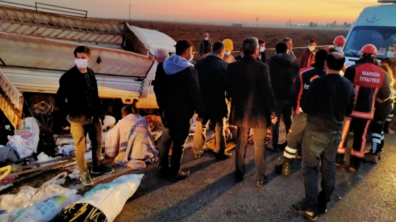 Tarım işçilerini taşıyan kamyonet devrildi: 22 yaralı