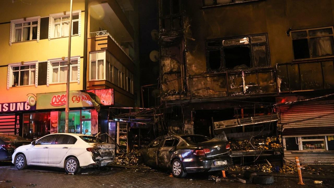 Otomobil markete girdi, bina yandı