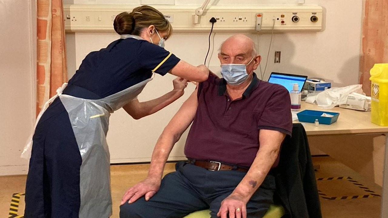 İngiltere'de ilk Oxford aşısı 82 yaşındaki Brian Pinker'a yapıldı