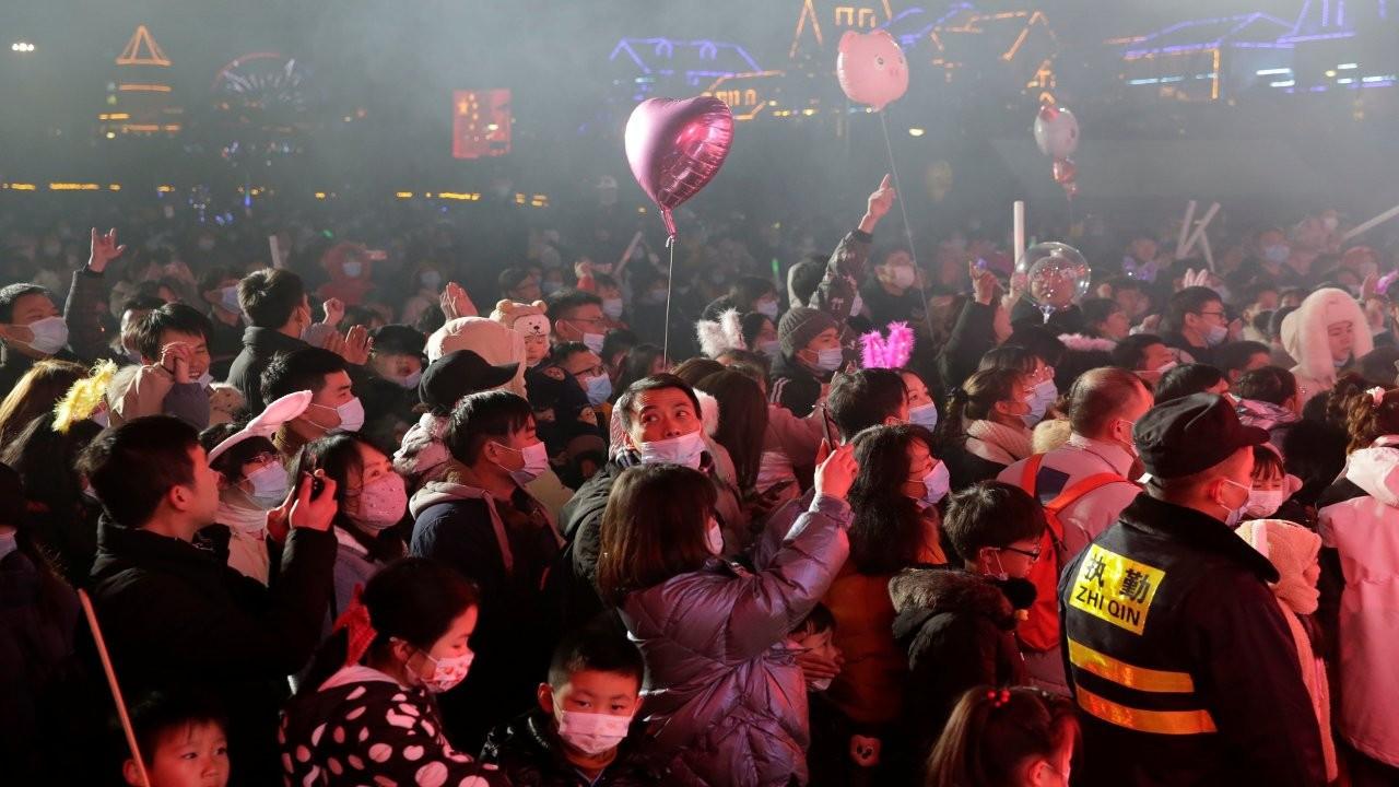 Çin'den Batı'ya: Wuhan'da kutlamalar sürecek, alışın