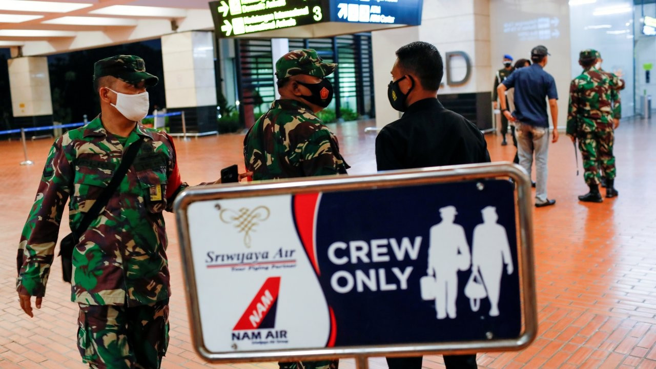 Endonezya'da irtibatın kesildiği uçağın denize düştüğü açıklandı