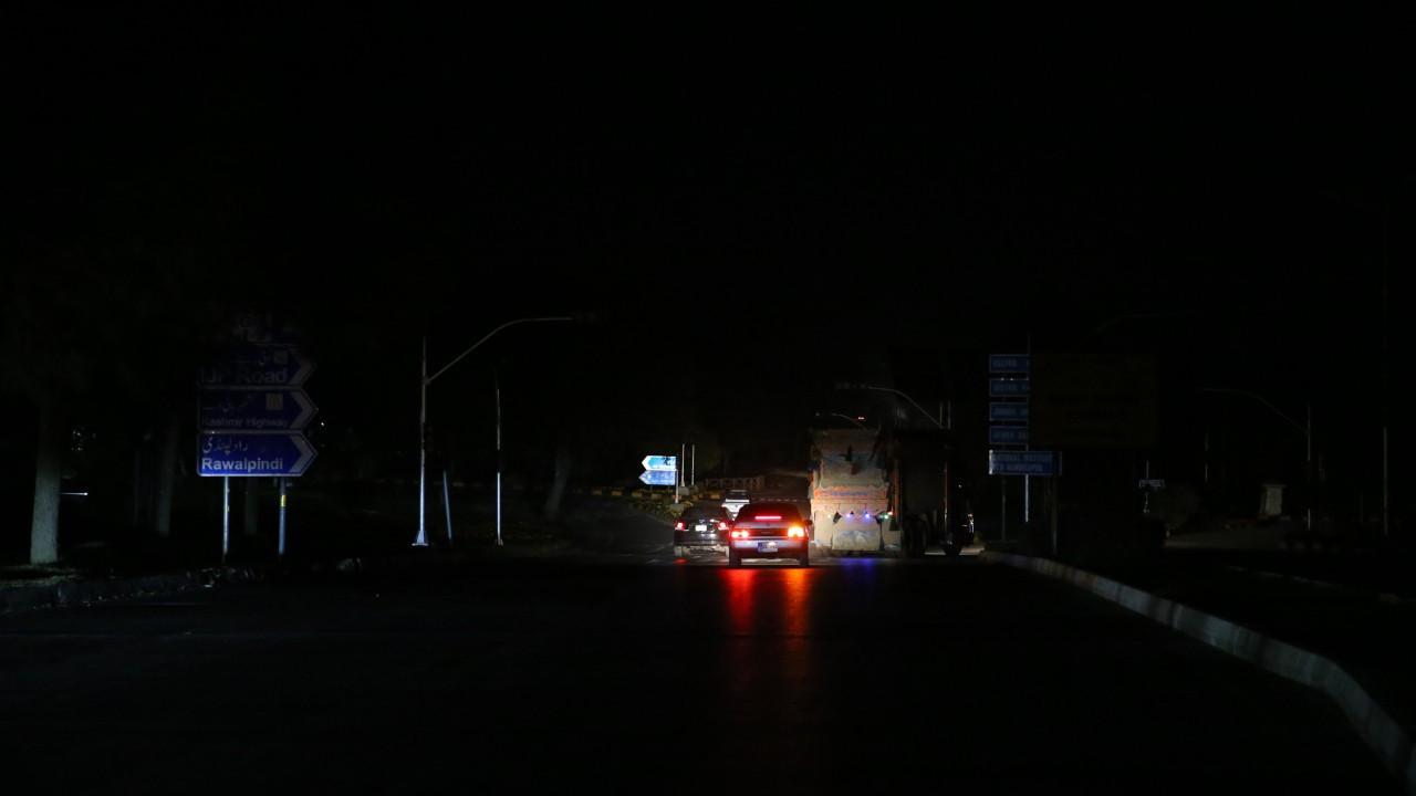 Pakistan'da alarm; bütün ülke bir anda karanlığa gömüldü