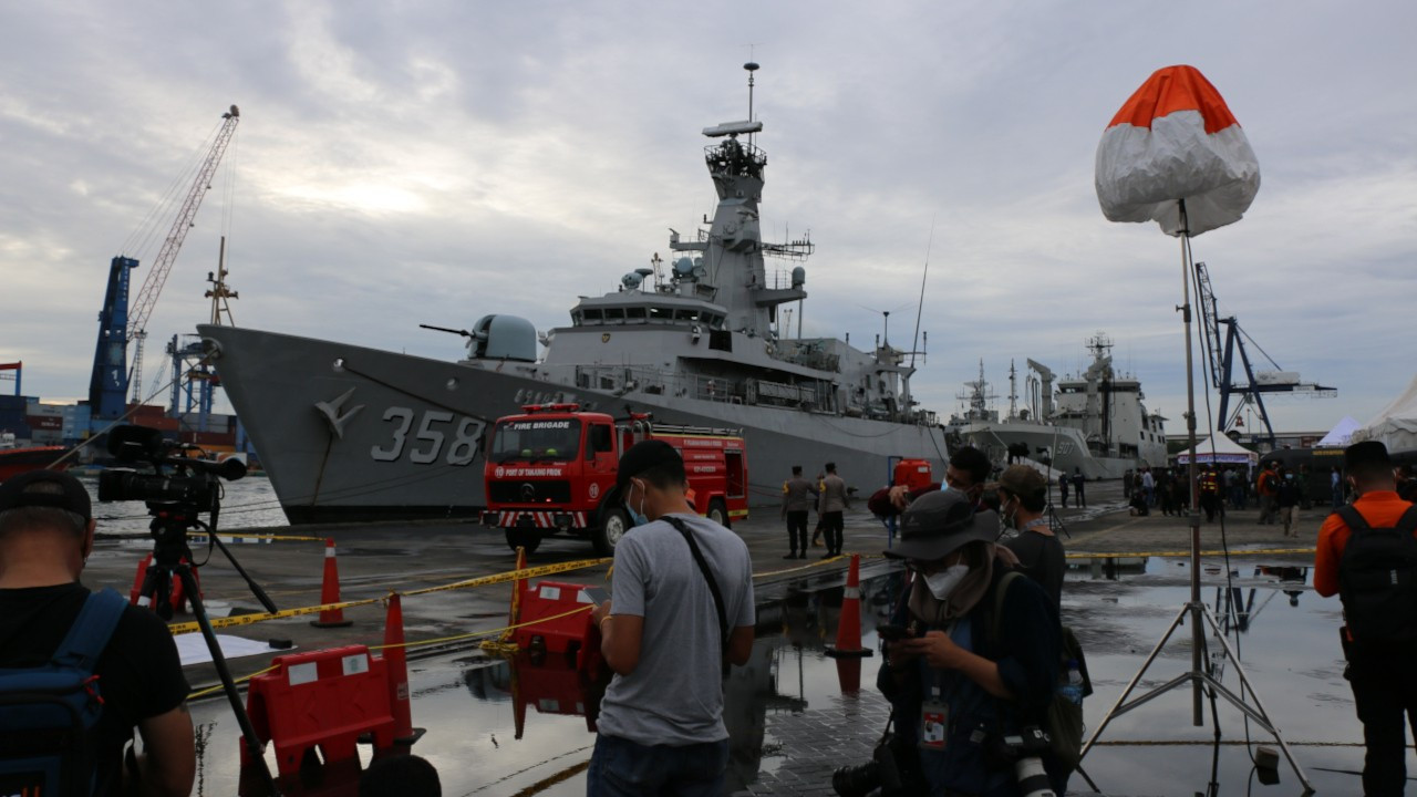 Endonezya'da düşen uçağın enkazına ulaşılamadı