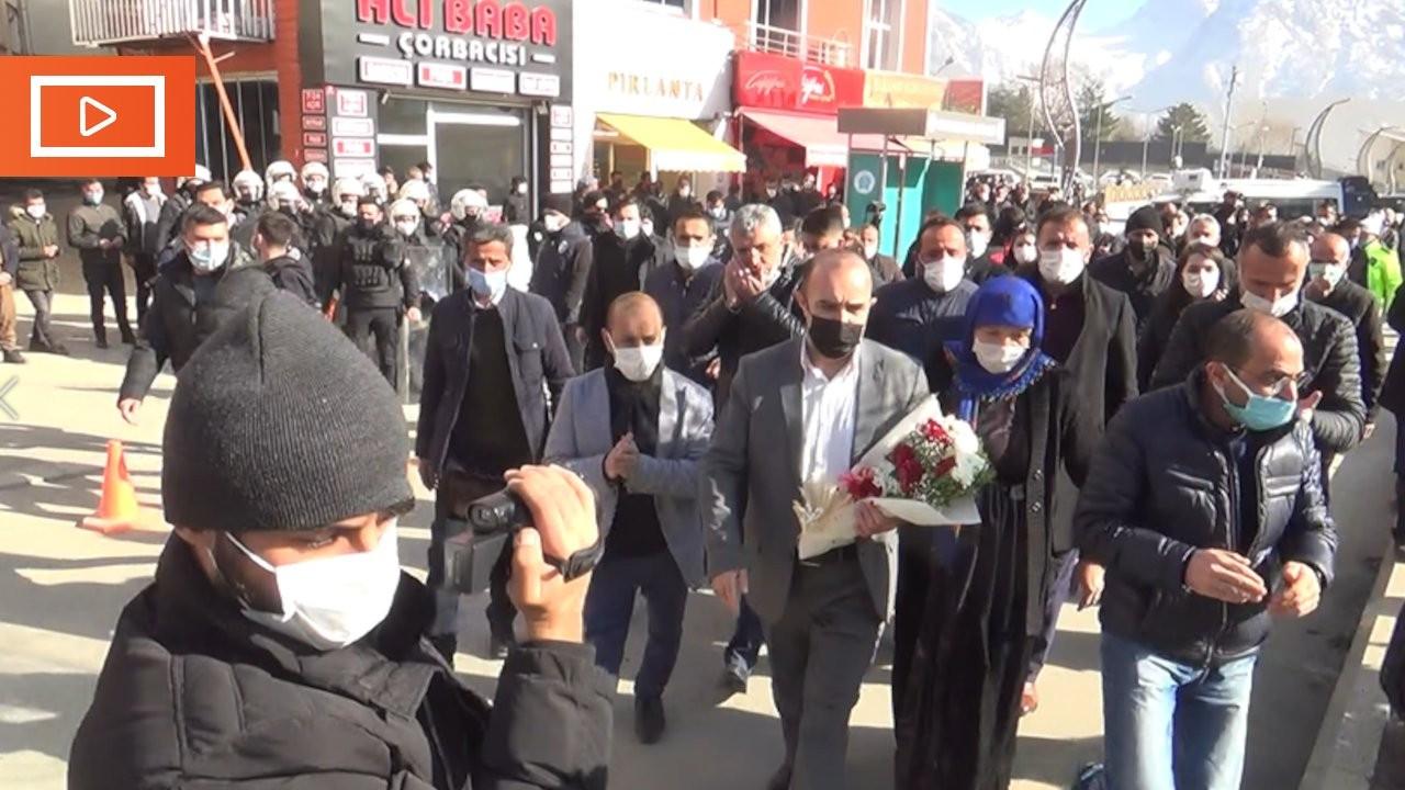 Tahliye olan HDP'li başkan konvoyla Hakkari'ye geldi