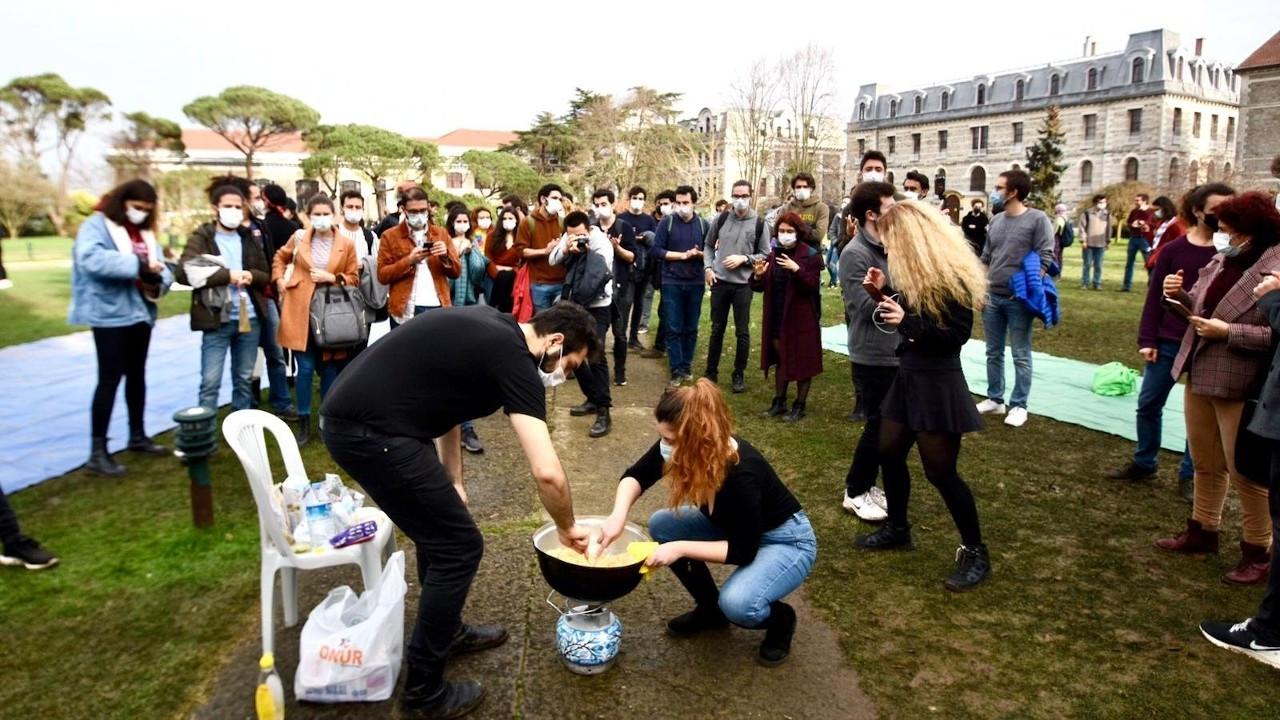 Boğaziçili öğrenciler rektörlüğün helvasını kavurdu