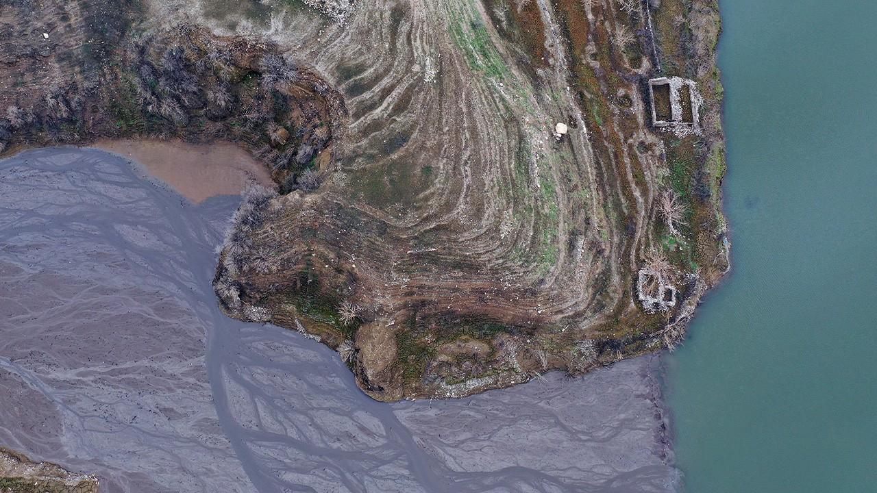 Barajda su seviyesi düştü, eski mahalle kalıntıları ortaya çıktı