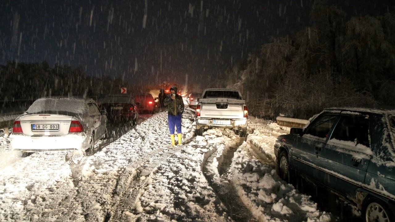 Sivas'ta kar yağışı: Çok sayıda araç mahsur kaldı