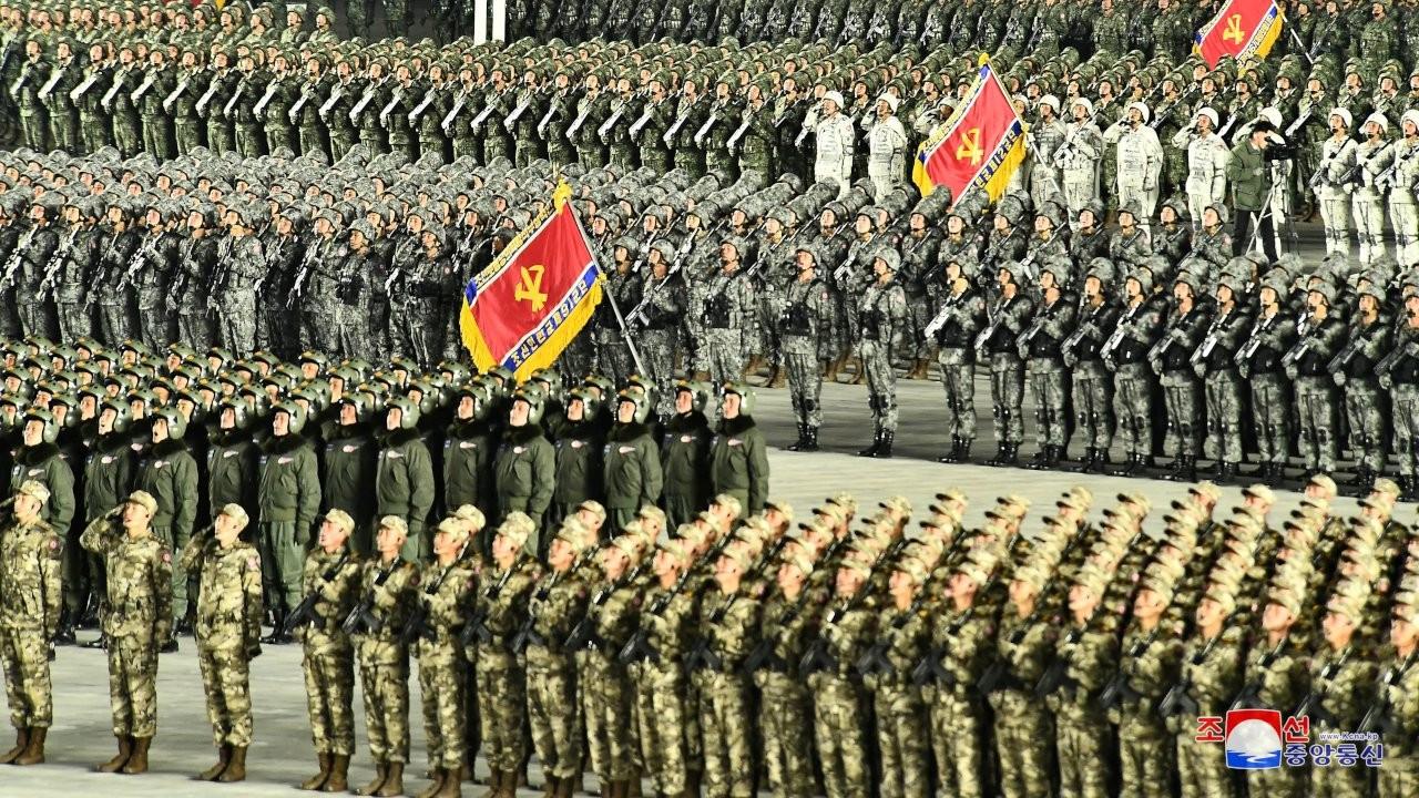 Kuzey Kore'den askeri geçit töreni: Yeni füzeler tanıtıldı