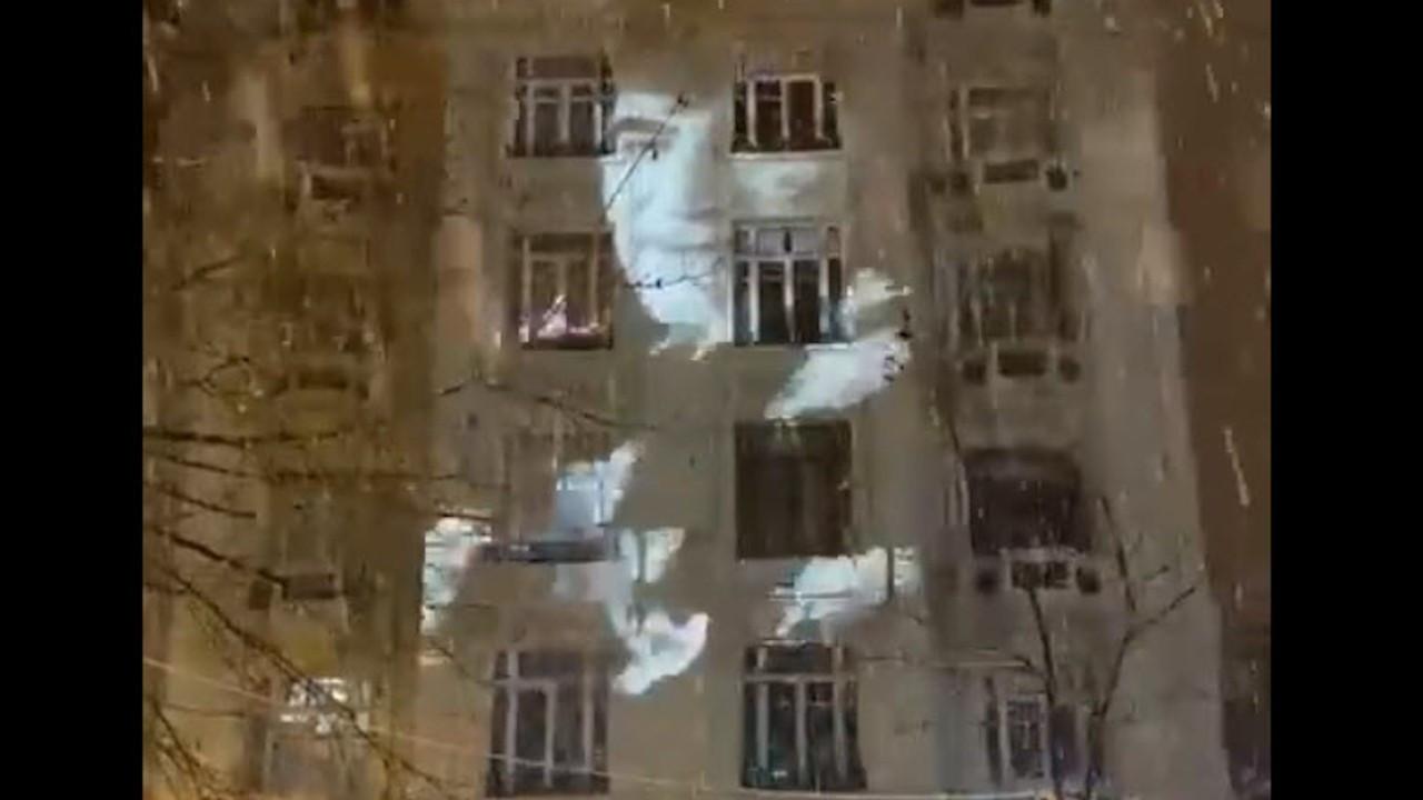 Dink'in önünde vurulduğu binanın duvarında güvercinler uçuyor