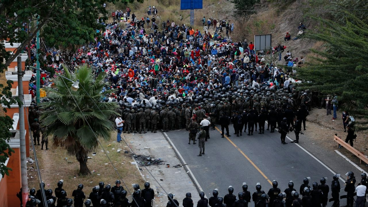 Guatemala ordusu ABD'ye gitmek isteyen Honduraslı göçmenlere saldırdı