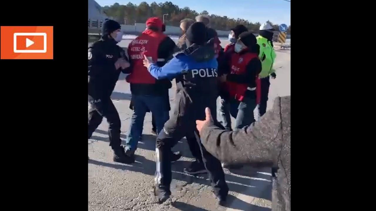 Polisin iki kez durdurduğu işçiler trafiği kesti
