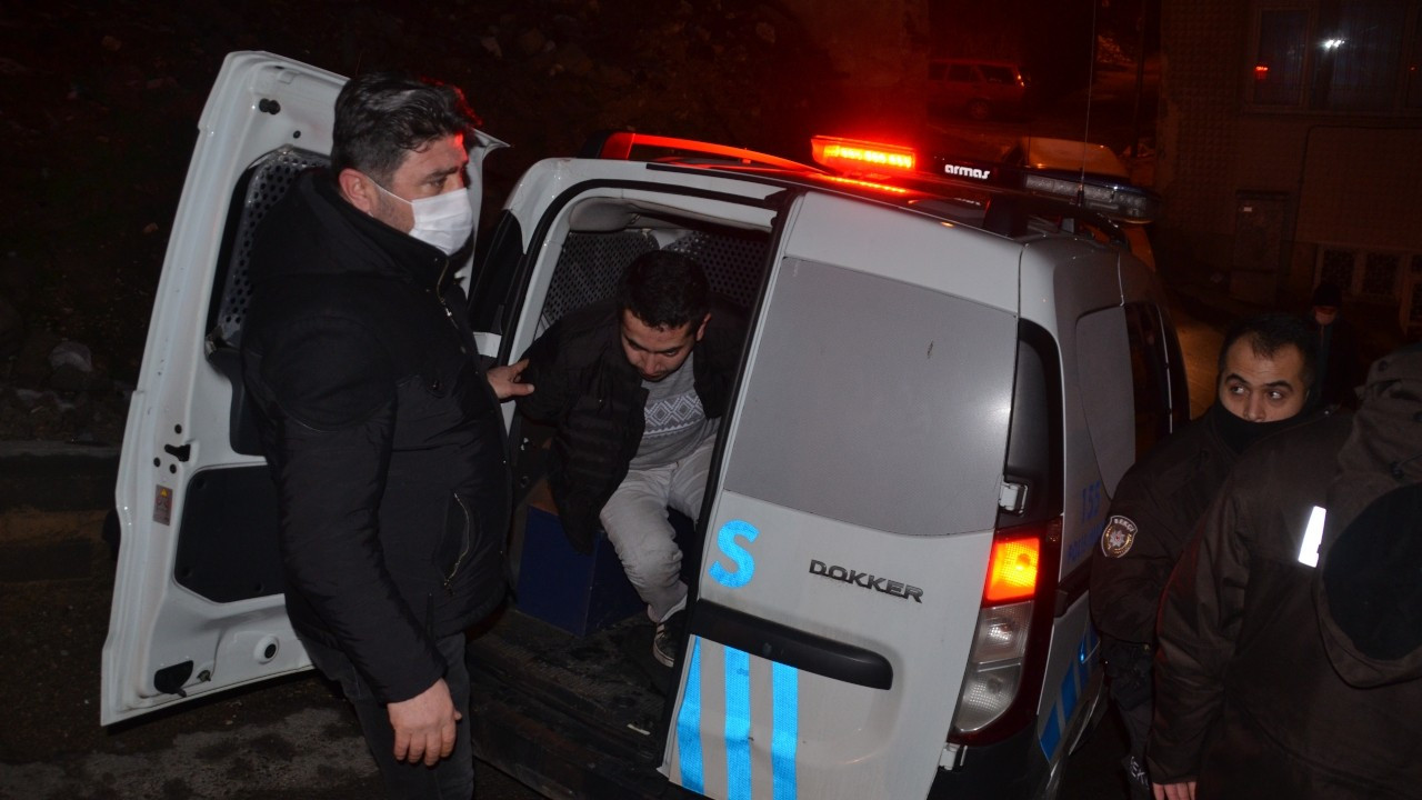 Polislerin önünü kesip kendisini polis olarak tanıtan kişi tutuklandı