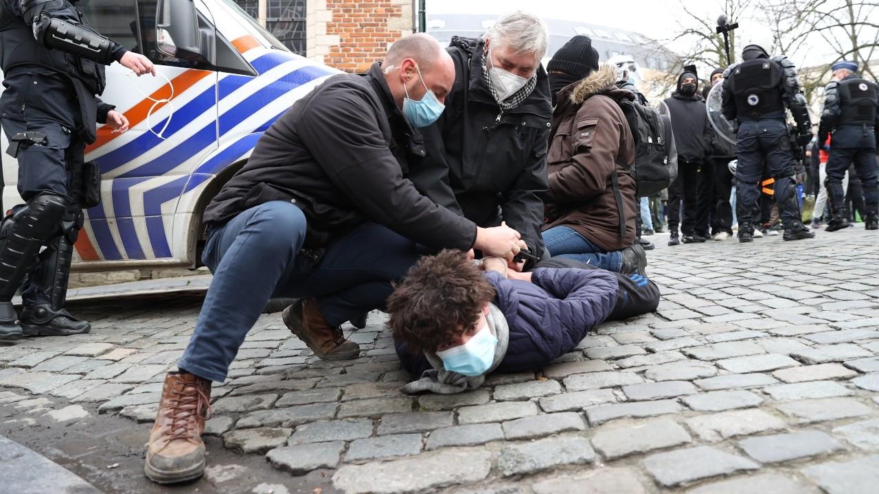 Brüksel'de 'polis şiddeti' protestosuna polis saldırdı