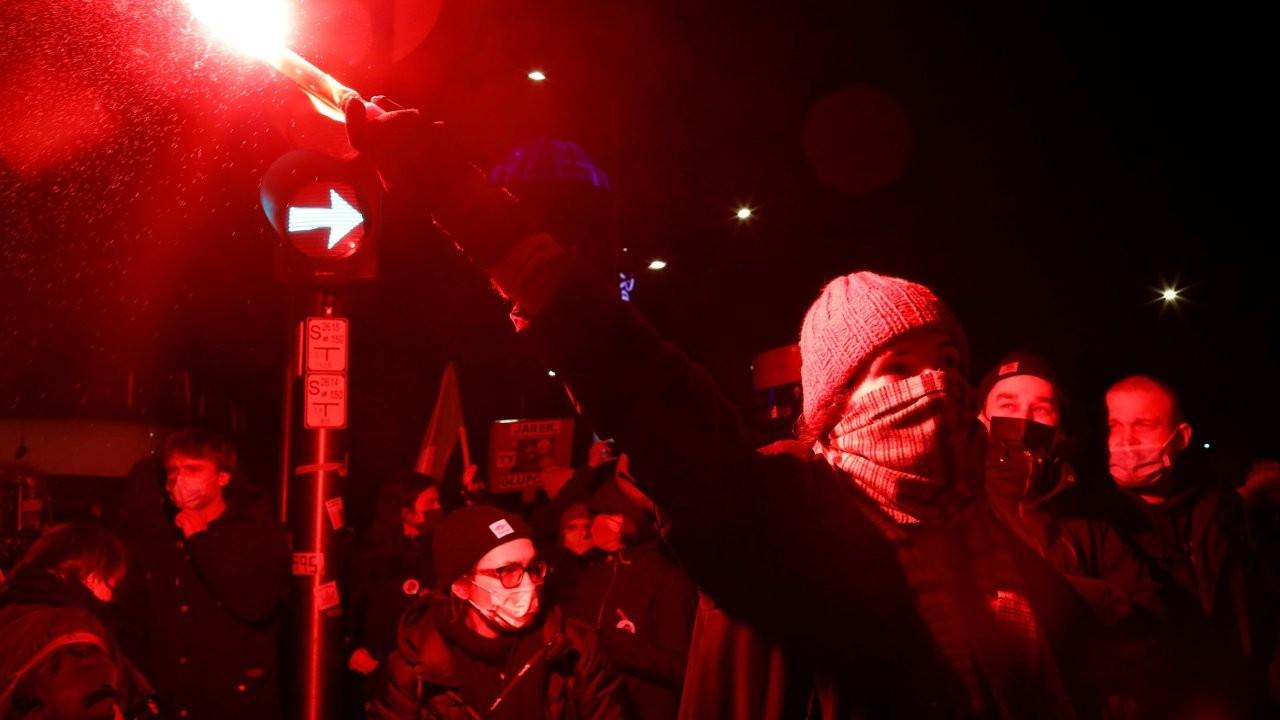 Polonya'da kürtaj yasağına karşı binlerce kişi sokakta