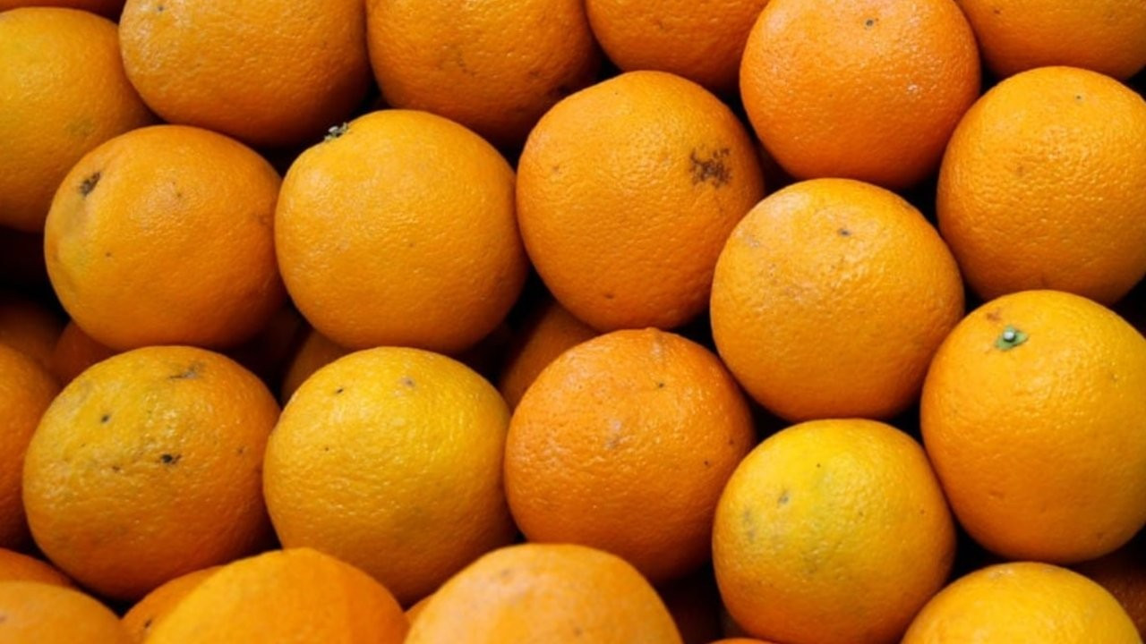 Bagaj ücreti ödememek için 30 kilo portakalı tek seferde yediler