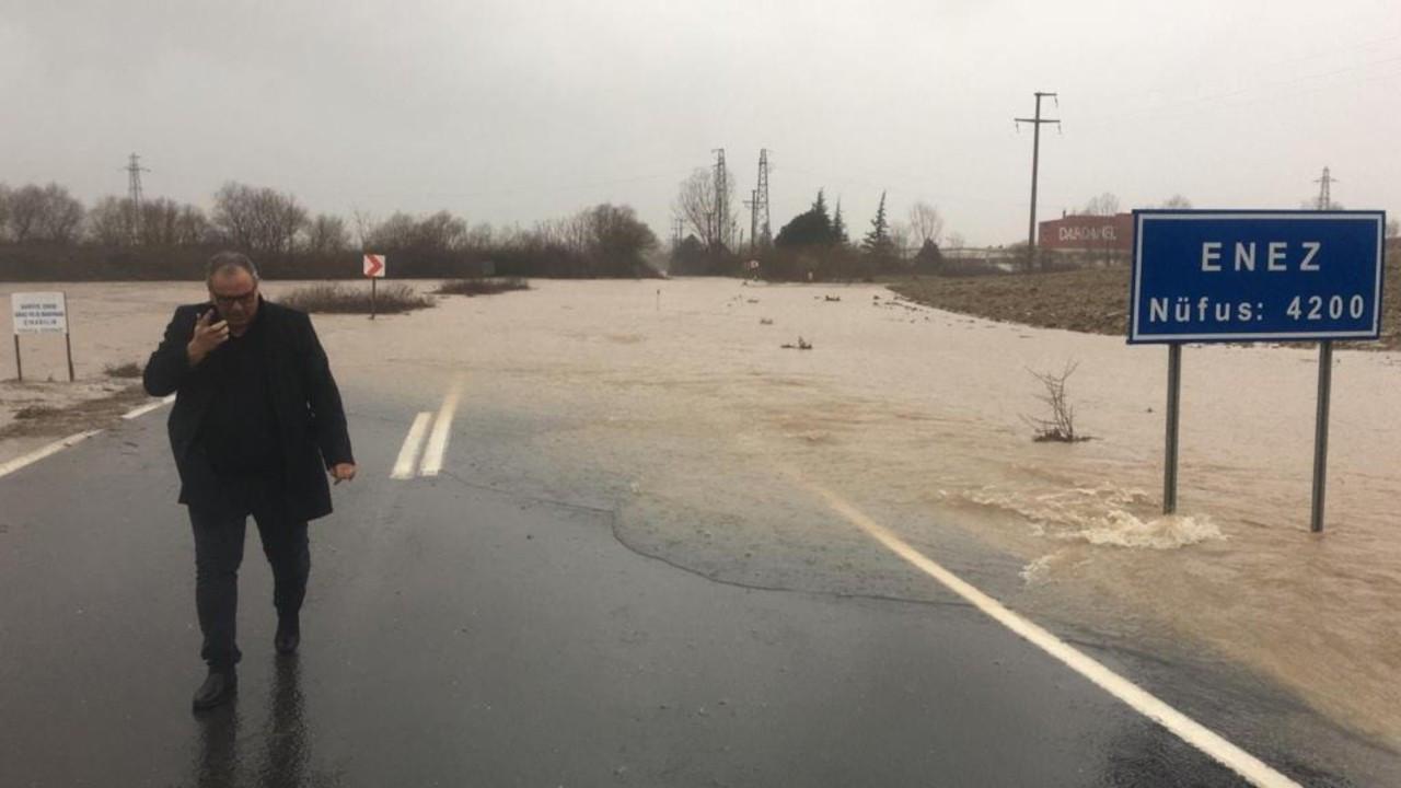 Edirne'de dereler taştı, yollar trafiğe kapandı