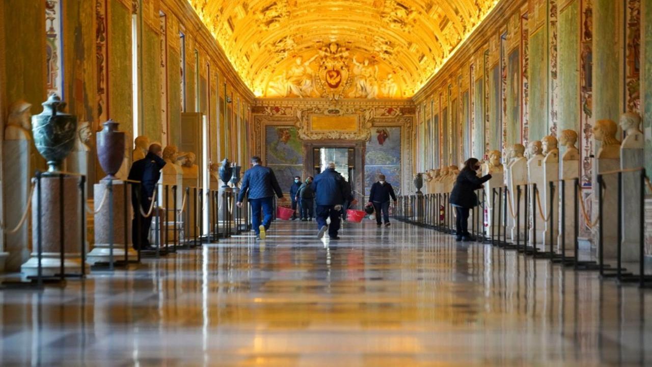 Vatikan Müzesi sınırlı ziyaretçiye kapılarını açtı
