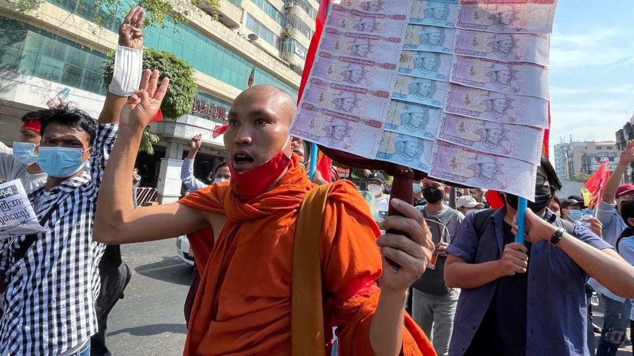 Myanmar'da darbe karşıtı protestolar: Budist rahipler sokağa indi