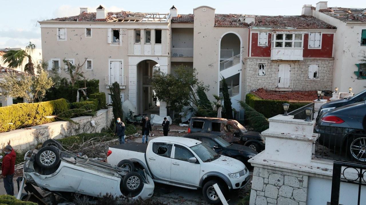 Çeşme hortumun şokunda: 2 tonluk arabalar havalanıp sağa sola fırladı