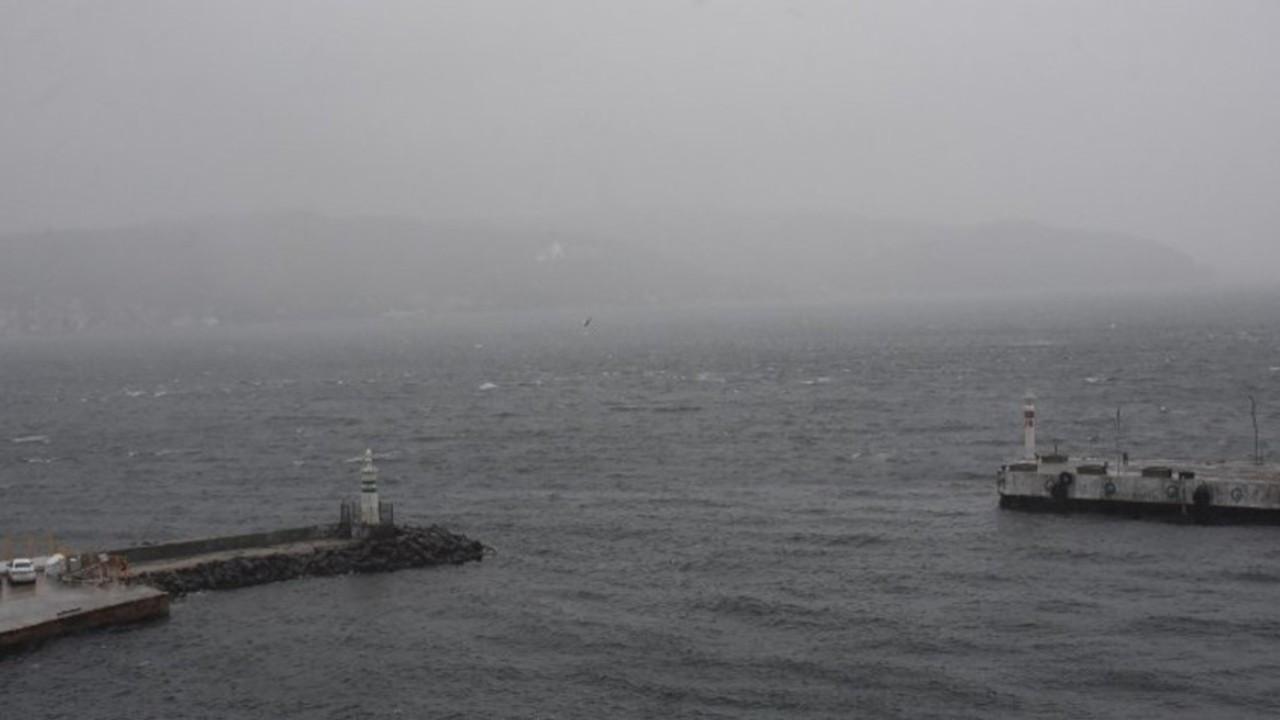 Çanakkale Boğazı kar yağışı ve fırtına nedeniyle gemi geçişlerine kapatıldı