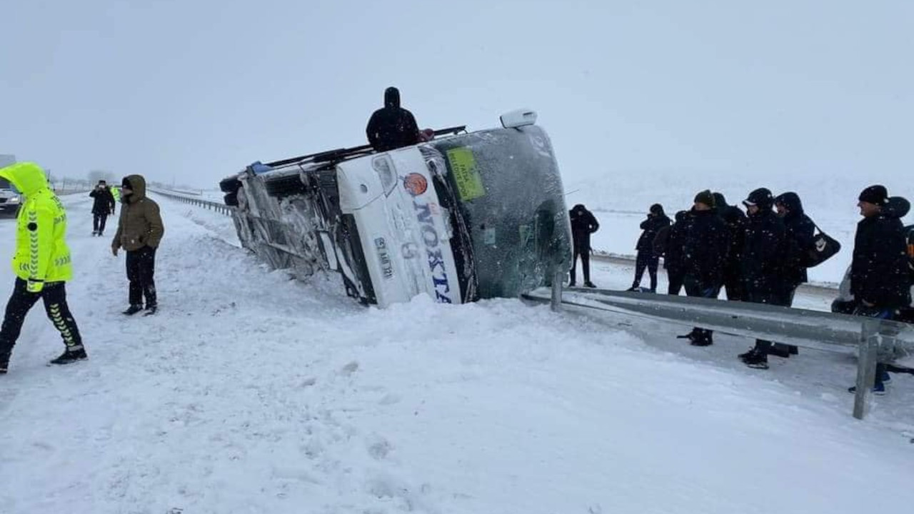Fatsa Belediyespor'un otobüsü devrildi