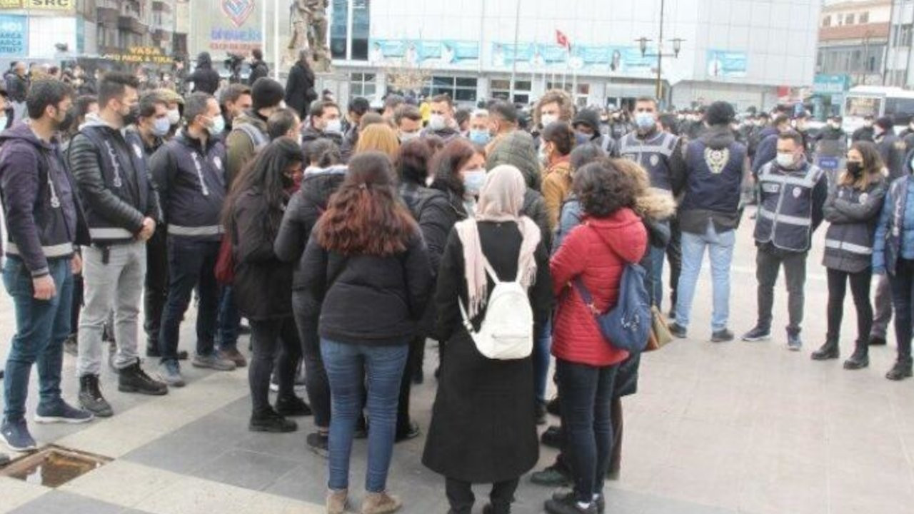 Kadınlar polis engelini zılgıtla protesto etti