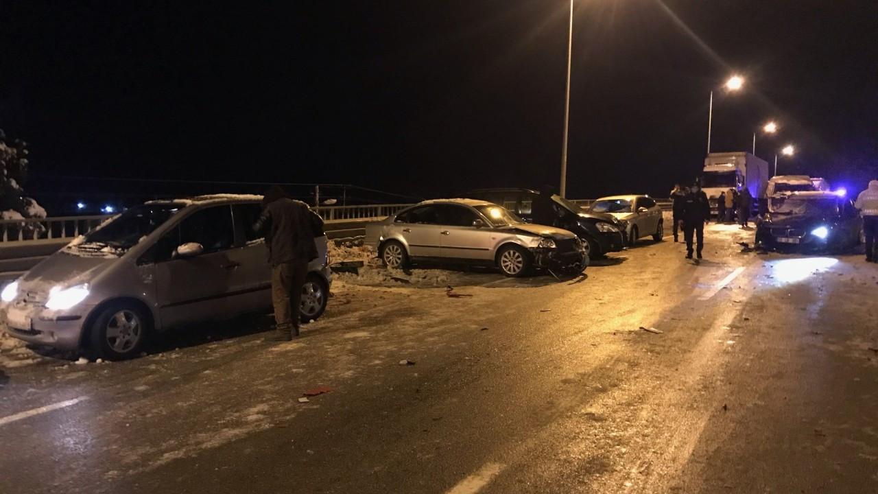 Buzlanan viyadükte 15 araç kaza yaptı: 4 yaralı