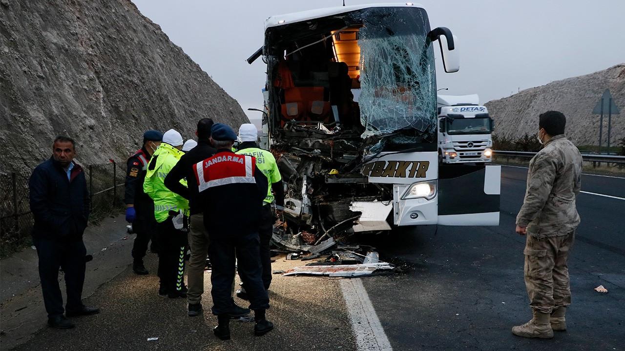 Şanlıurfa'da yolcu otobüsü tıra çarptı: 3 ölü, 41 yaralı
