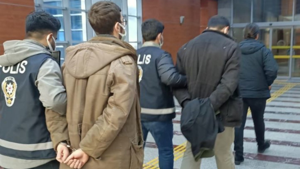 Boğaziçi bildirisi dağıtan iki öğrenciye ev hapsi