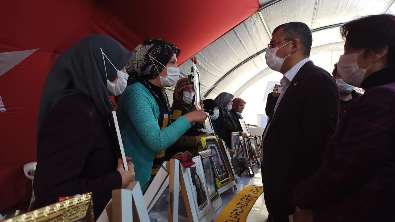 CHP heyeti, HDP önünde bekleyen aileleri ziyaret etti