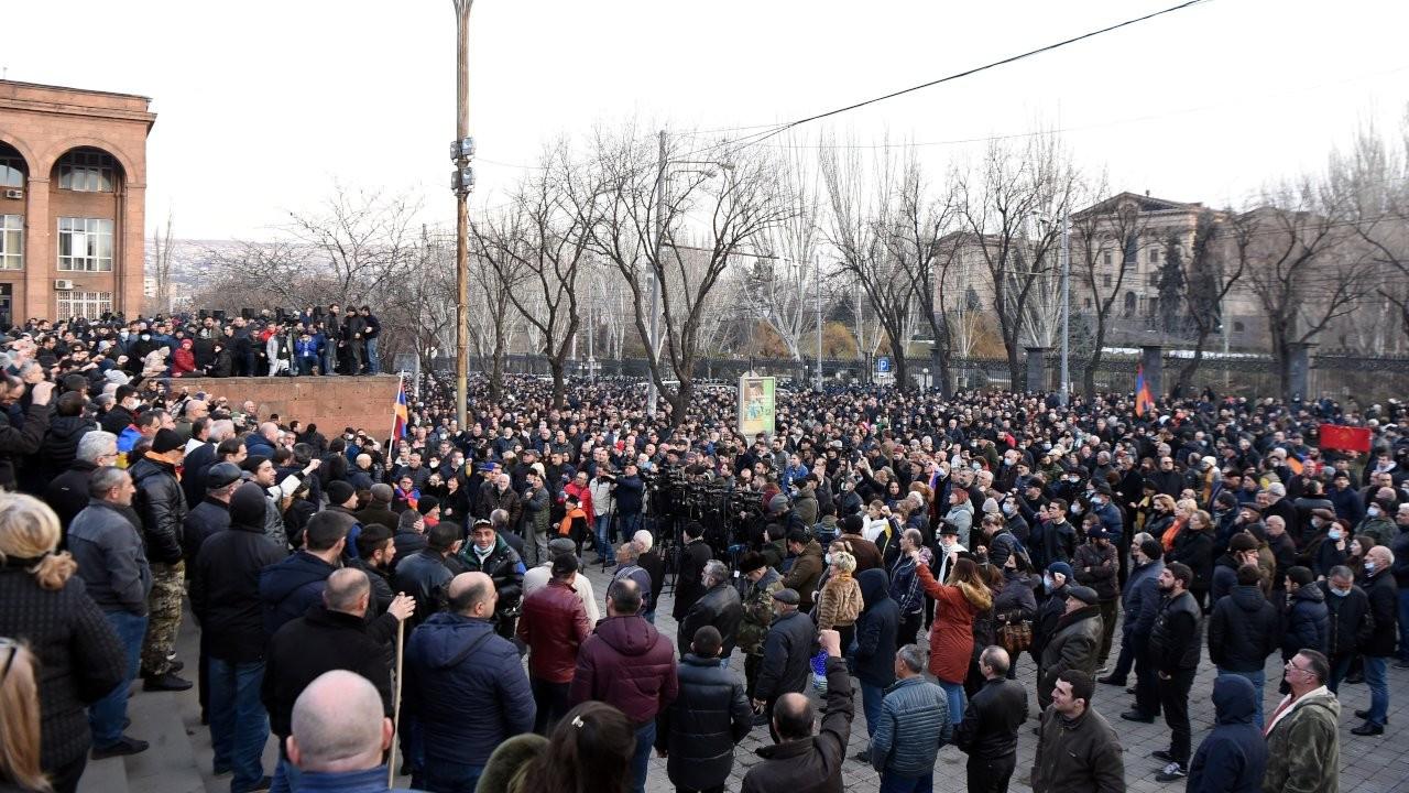 Ermenistan'da muhalefet Sarkisyan'la acil görüşme talep etti
