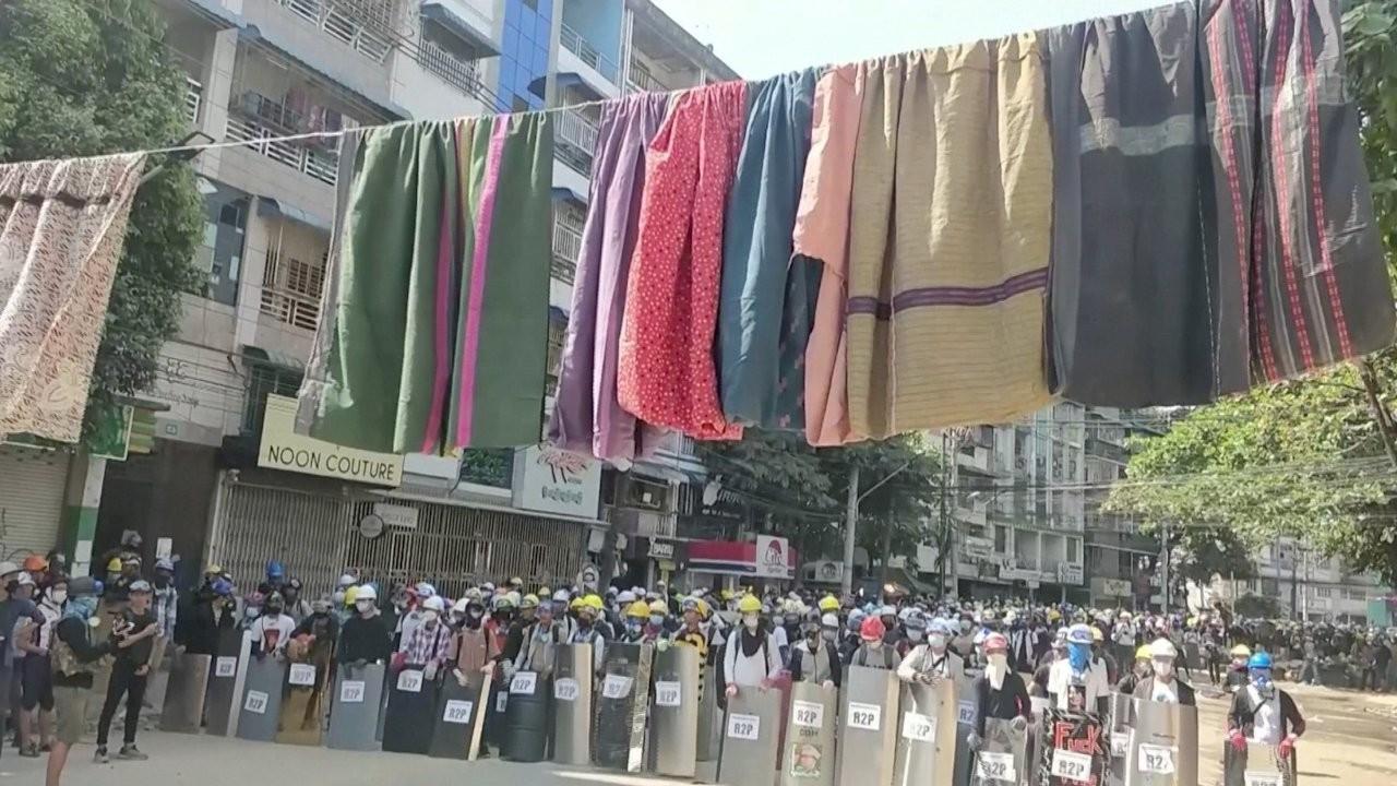 Myanmar'da 'kıyafetli' barikat: 'Askerler altından geçemez'