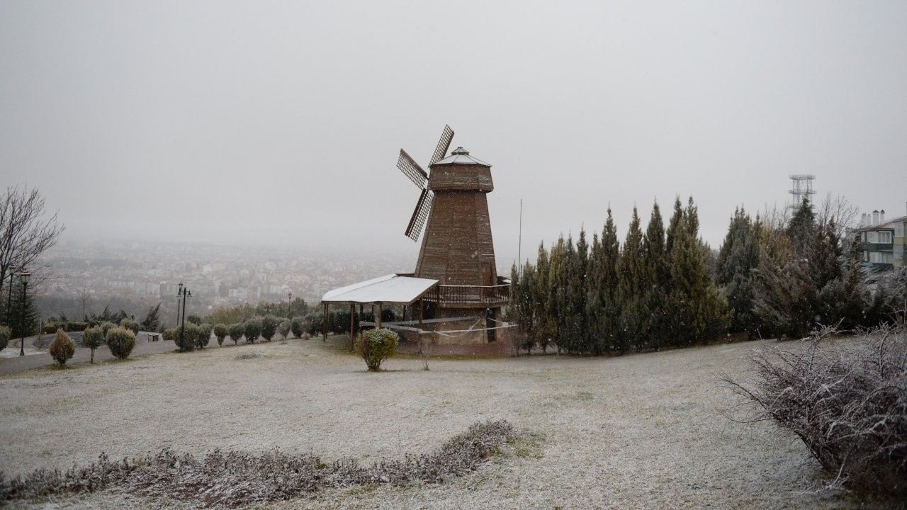Eskişehir güne karla uyandı