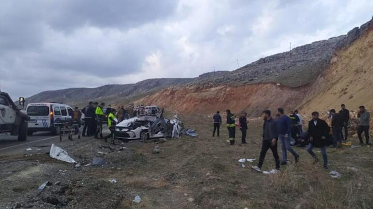 Karşı şeride geçen otomobil ile kamyonet çarpıştı: 5 ölü, 3 yaralı