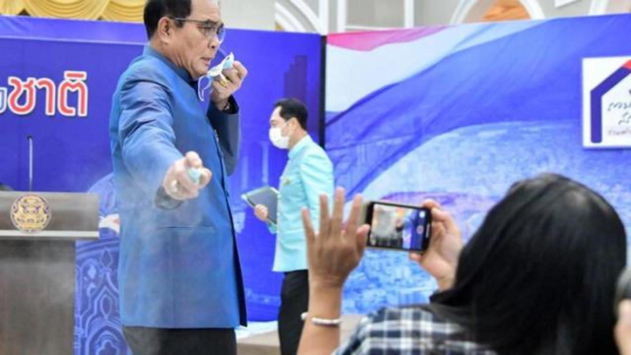 Tayland Başbakanı, soruya sinirlenip gazetecilere dezenfektan sıktı