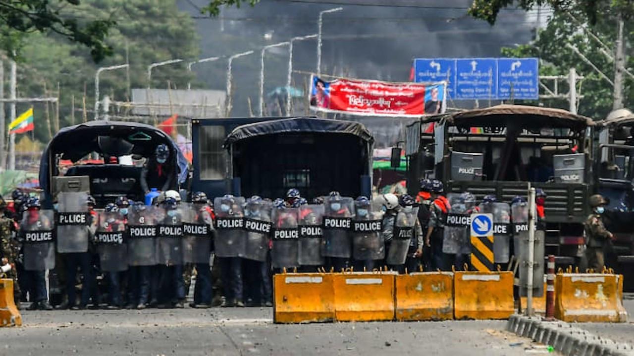 Myanmar'daki darbe karşıtı protestolarda en az 14 kişi öldü