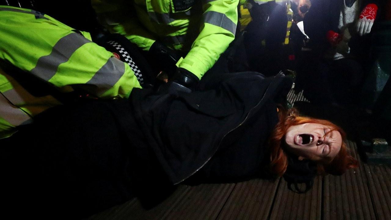 Sarah Everard cinayetini protesto eden kadınlara polis saldırısı