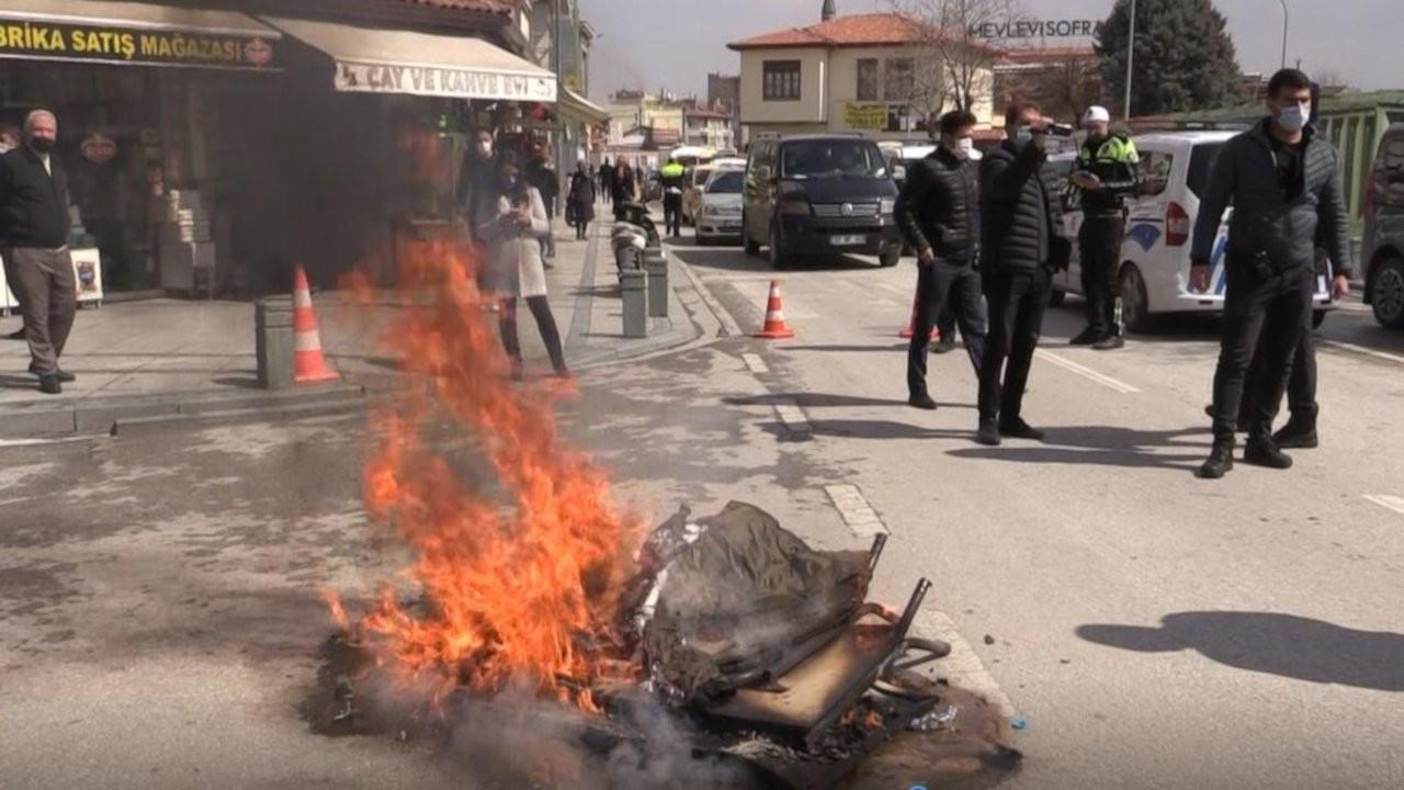 Konya'da iş yerleri kapalı esnaf masa ve sandalye yaktı