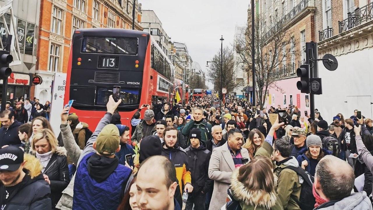 Korona yasakları Londra'da farklı kesimleri sokağa döktü